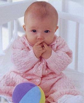 Комбинезон для новорожденных спицами шахматной вязкой