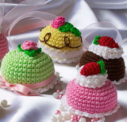 Игрушки крючком: тортики и пирожные
