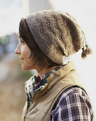 Вязание шапки спицами с волнами из кос