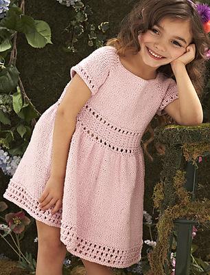 Вязаное платье для девочки спицами Карамелька
