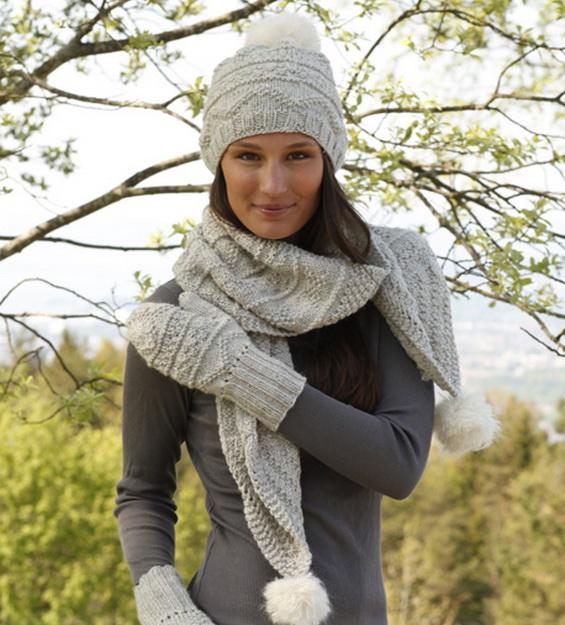Шапка спицами с текстурными узорами в комплекте с шарфом и варежками