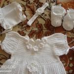 Крестильное платье крючком в комплекте с пинетками, чепчиком и повязкой