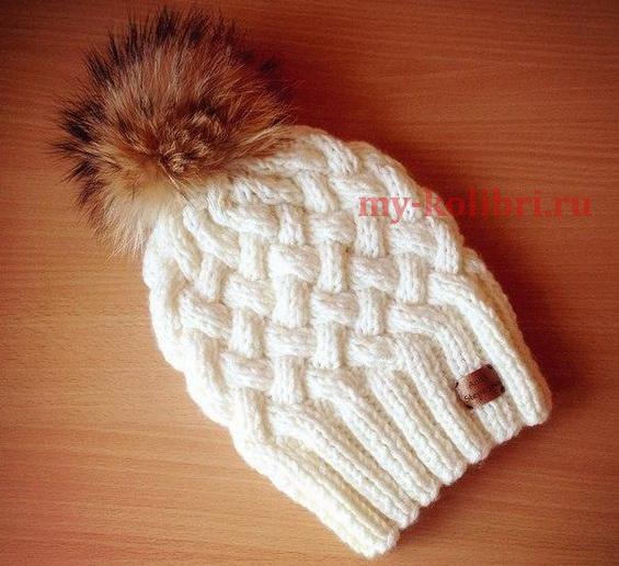 Модная шапка спицами с красивым узором плетенка