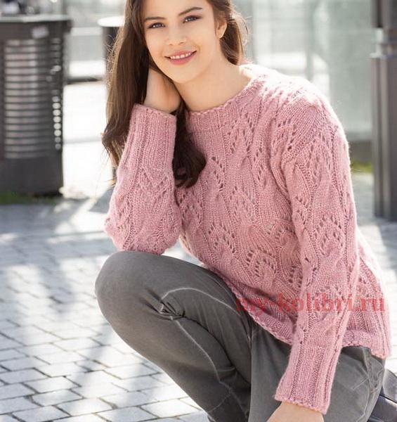 Молодежный свитер спицами кружевным узором из кос