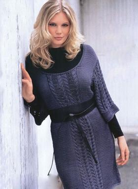 Вязаное платье спицами с дорожками из кос