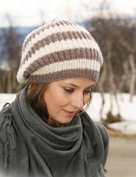 Объемная шапка с полосками