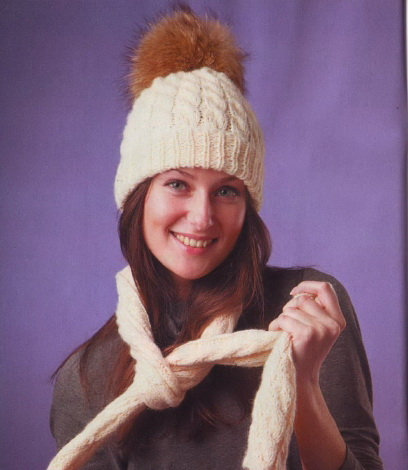 Модная шапка спицами с меховым