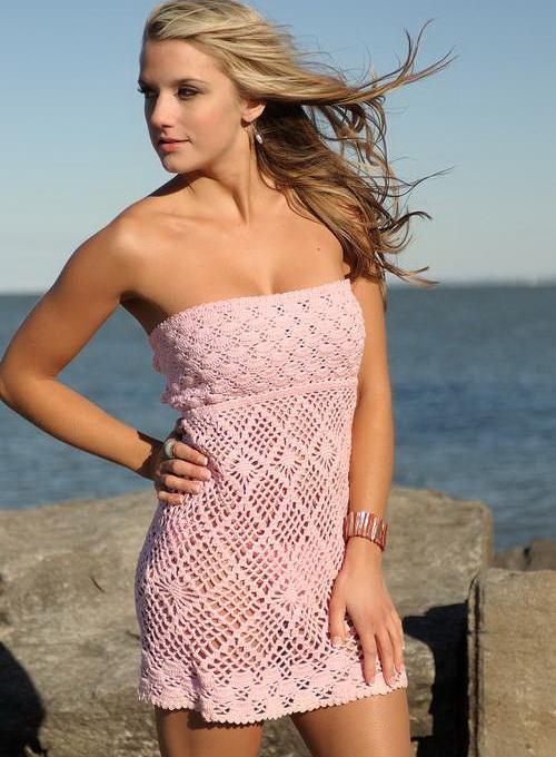 Идеальный вариант для пляжа - вязаное платье в полоску, которое легко превратить в тунику, если надеть вместе с ним