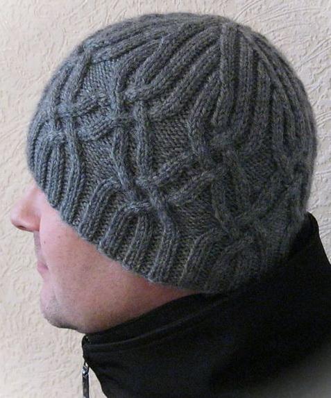 Мужская шапка спицами арановым узором