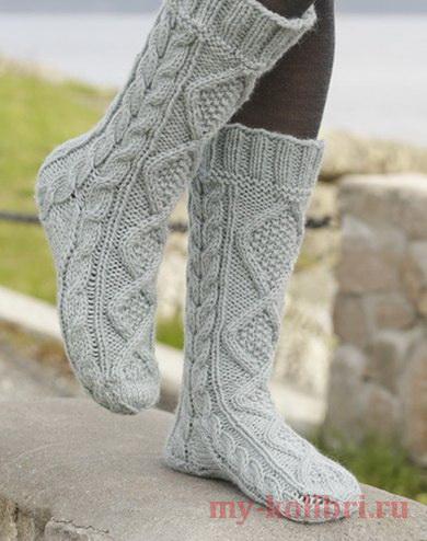 Теплые носки спицами с красивыми аранами