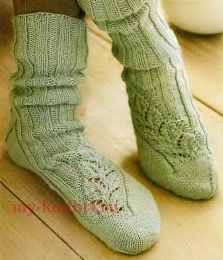 Носки спицами ажурным узором «Листики»