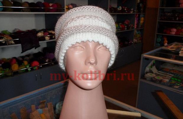 Простая шапка спицами комбинированной вязкой 1