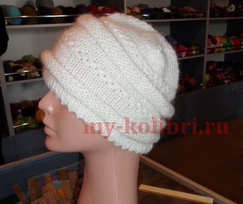 Простая шапка спицами комбинированной вязкой